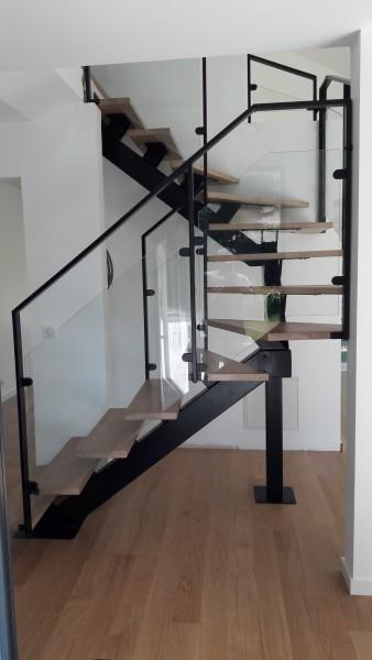 escalier-2-4-tournant-limon-central-marche-chene-garde-corps-en-verre-2