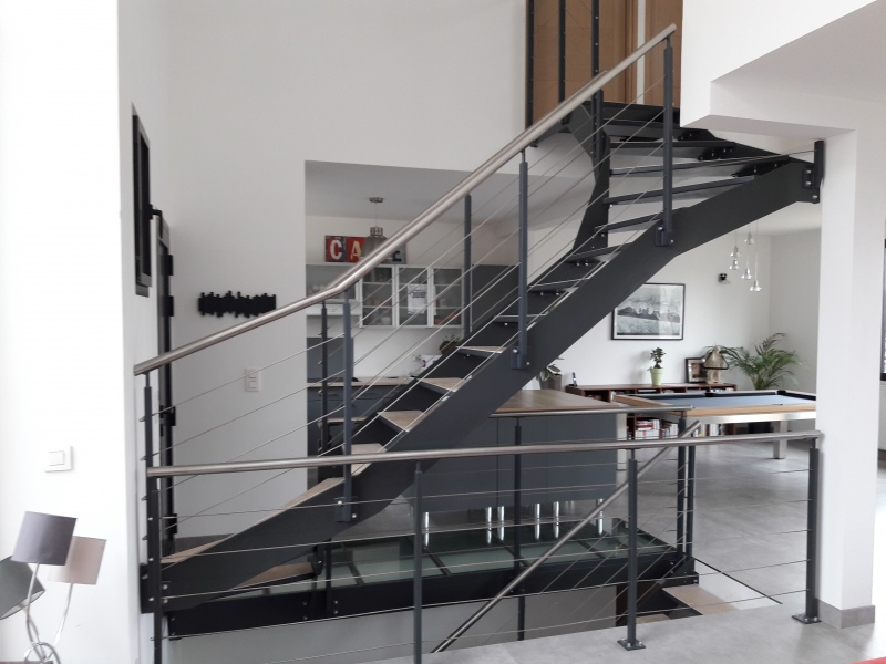 escalier-2-4-tournant-limon-extérieur-marche-en-pierre-dans-caisson-1
