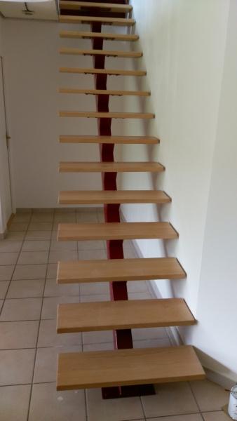 escalier-acier-limon-central-marche-hetre-4