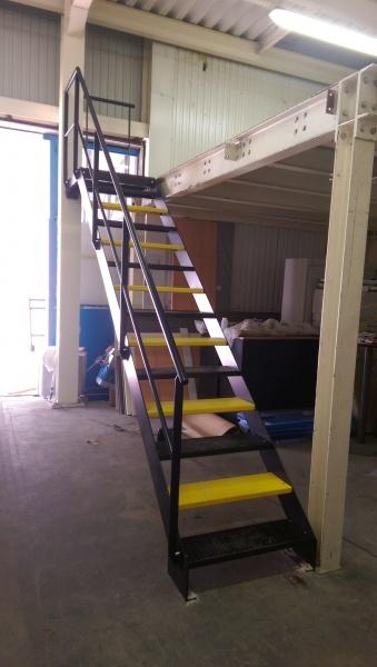 escalier-acier-usine-marche-anti-derapante-3