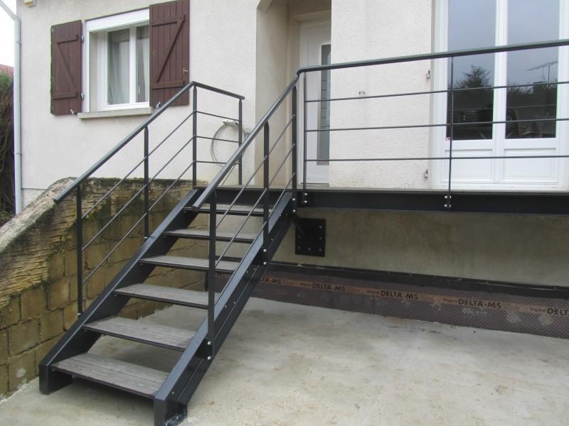 escalier-droit-acier-limon-extérieur-marche-bois-composite-1