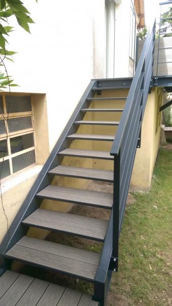 escalier-droit-acier-limon-extérieur-marche-bois-composite-3