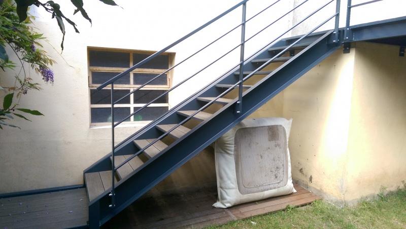 escalier-droit-acier-limon-extérieur-marche-bois-composite-5