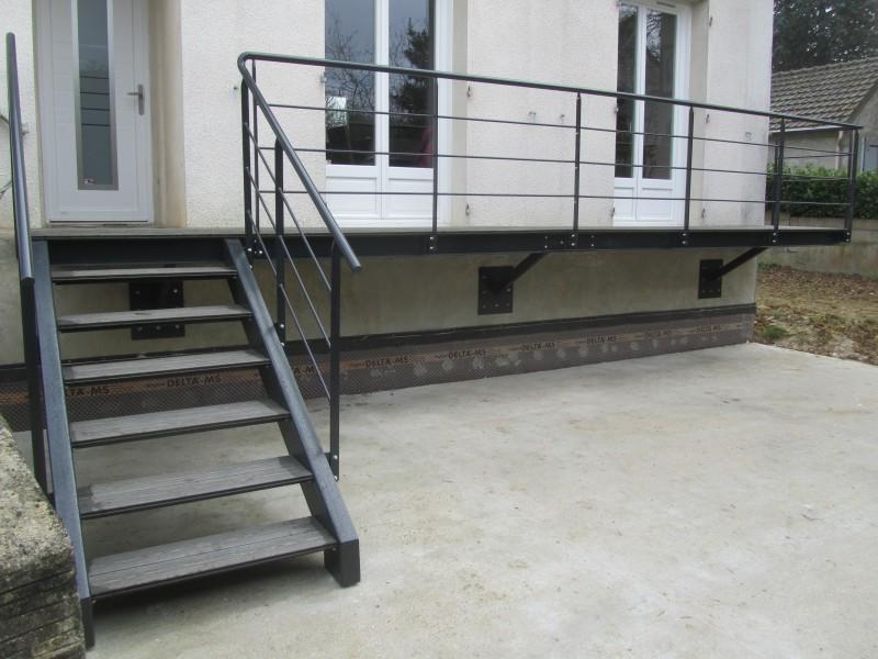 escalier-droit-acier-limon-extérieur-marche-bois-composite-6