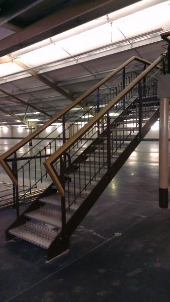 escalier-droit-acier-marche-aluminium-2