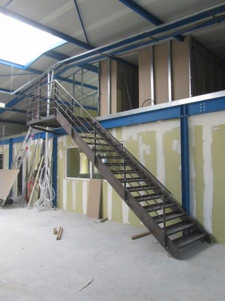 escalier-droit-industriel-tole-larmé-3