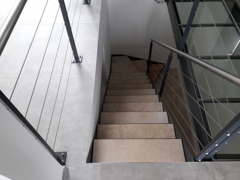 escalier-quart-tournant-limon-extérieur-marche-en-pierre-dans-caisson-acier-1