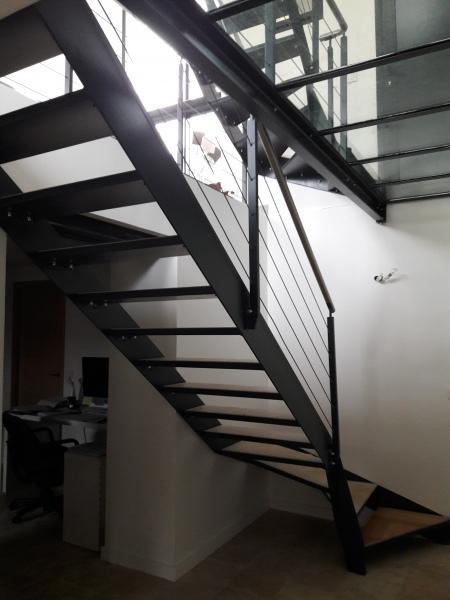 escalier-quart-tournant-limon-extérieur-marche-en-pierre-dans-caisson-acier-2
