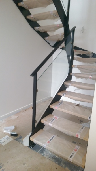escalier-2-4-tournant-limon-extérieur-marche-hetre-garde-corps-en-verre-4