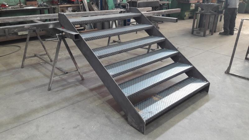 escalier-acier-limon-extérieur-marche-acier