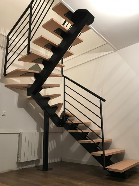 escalier-deux-quart-tournant-acier-limon-central-marche-hetre-1