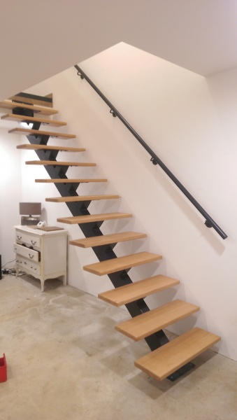 escalier-limon-central-metal-marche-hetre