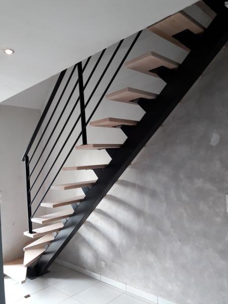 escalier-quart-tournant-limon-central-marche-hetre-12